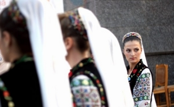 romania-women-in-traditional-costumes-romanians-romanian-people